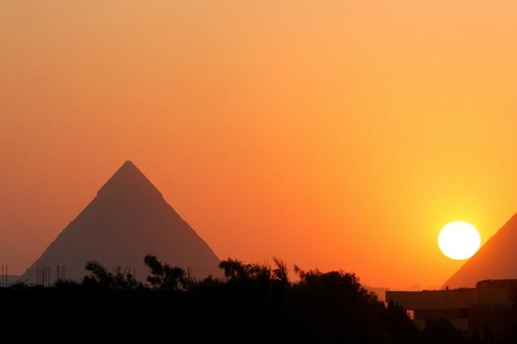 GRANDES PIRÂMIDES (EGITO): A visão das icônicas pirâmides de Gizé com o sol se pondo é uma das mais belas. Também há roteiros turísticos especializados em levar viajantes apenas para ver o espetáculo de fim do dia