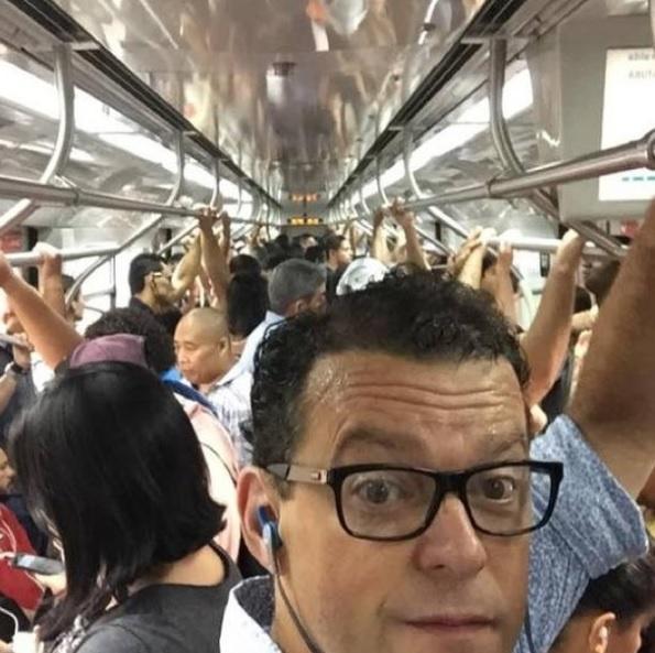 """Fernando Rocha, do programa """"Bem Estar"""", reclama do calor em metrô lotado"""