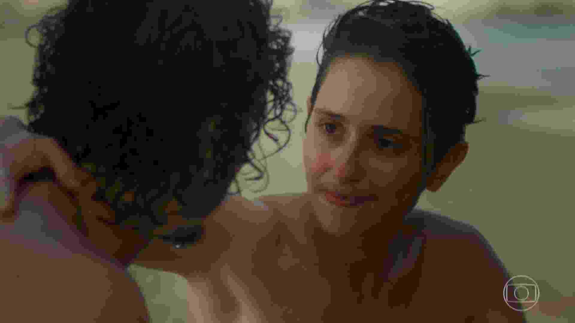 """Cláudio reencontra Ivan na praia, em """"A Força do Querer"""". Os dois conversam e dão um selinho. A novela não deixa claro, porém, se os dois ficariam juntos - Reprodução/TV Globo"""