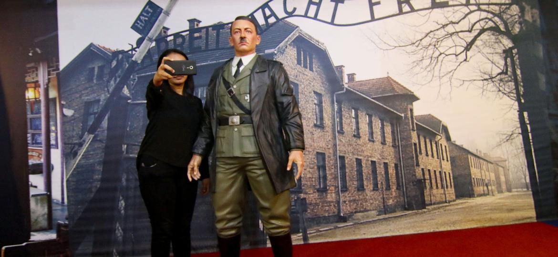 Mulher tira selfie com estátua de Hitler na Indonésia - Henryanto/AFP