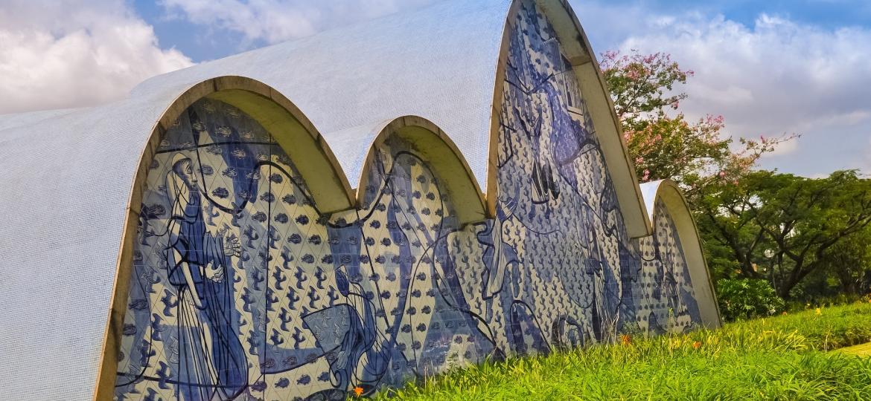 Detalhe da Igreja de São Francisco de Assis, projetada por Oscar Niemeyer, na Lagoa da Pampulha, em BH - iStock