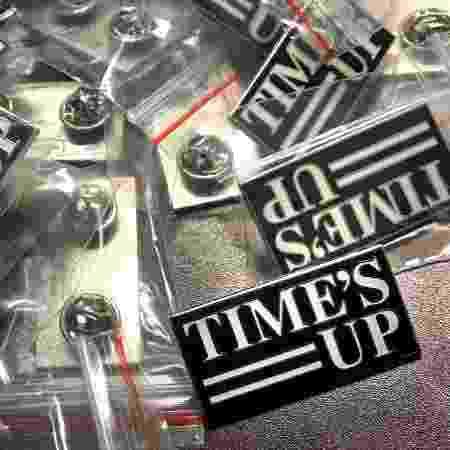 """O pin da campanha Time""""s Up se tornará símbolo da manifestação das atrizes contra o assédio  - Divulgação"""