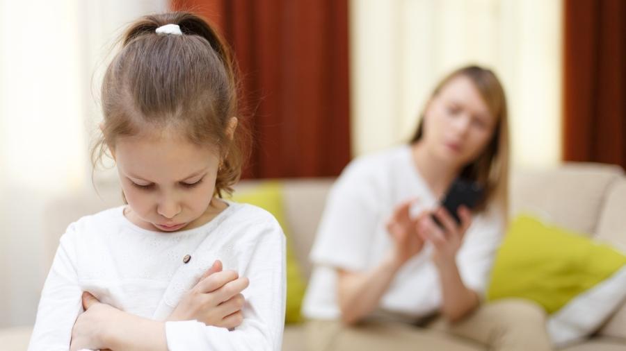 As crianças já sentem que disputam a atenção dos pais com os aparelhos - Getty Images