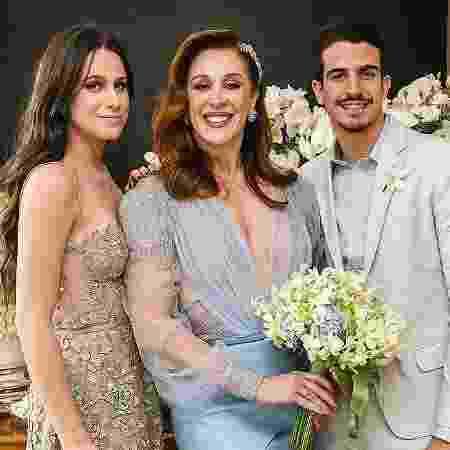 Claudia Raia entre os filhos, Sophia e Enzo, em seu casamento com Jarbas Homem de Mello - Reprodução/Instagram
