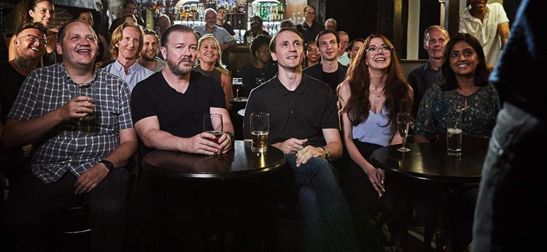 """Ricky Gervais e elenco na série """"After Life"""" - Divulgação"""