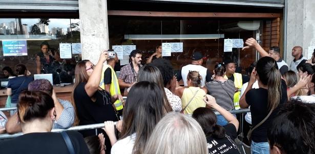 Teve quem saiu de mão abanando | Público se revolta com fim de ingressos de Sandy e Jr. na bilheteria em SP