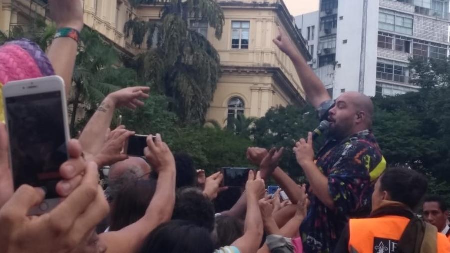 Tiago Abravanel canta no meio do público durante apresentação na Virada Cultural - Soraia Gama / UOL