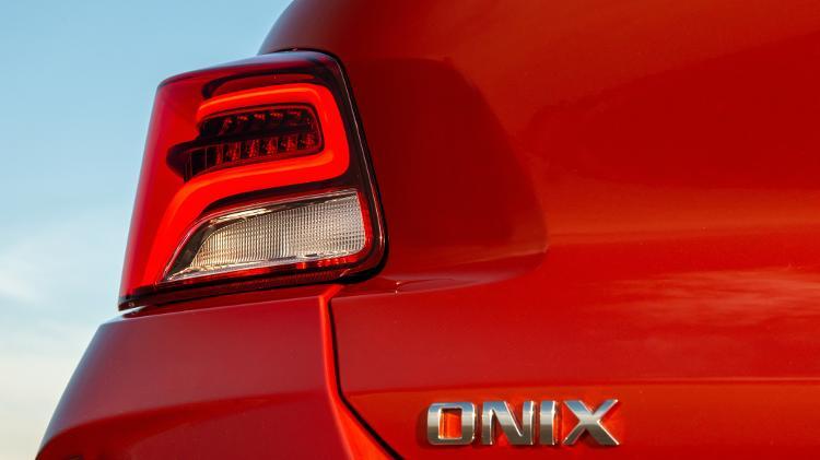 Novo Onix Hatch traz lanternas traseiras com assinatura de LEDs na versão topo de linha Premier - Divulgação