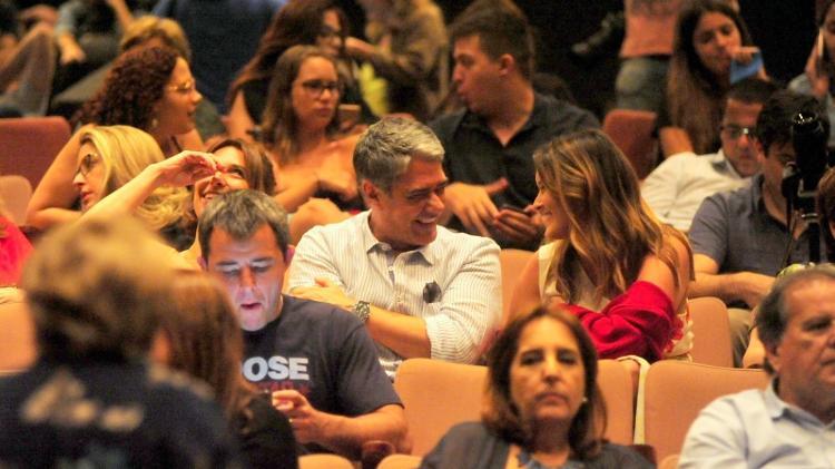 Sentado na plateia do espetáculo, Bonner conversa com a filha Laura - Webert Belicio/AgNews
