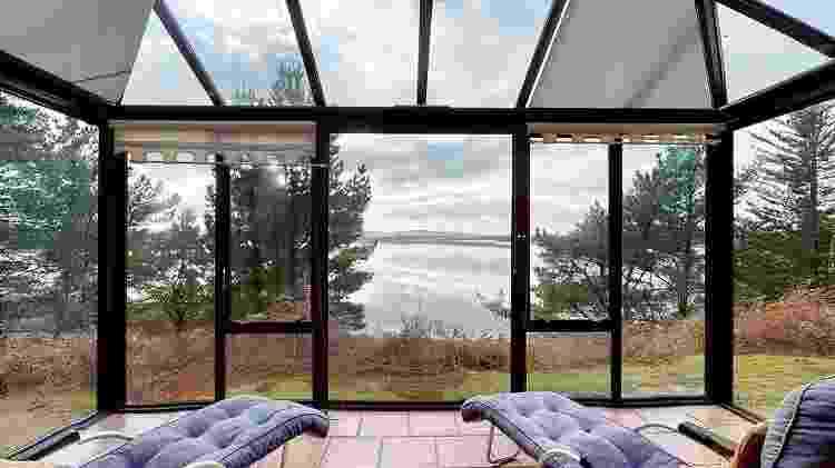 Interior de um dos chalés da Round Island  - Reprodução/Albury&Hall - Reprodução/Albury&Hall