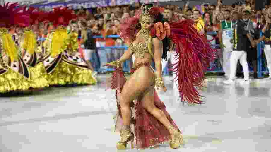 Viviane Araújo, rainha da bateria em desfile do Salgueiro no Carnaval 2020 - Luciola Vilella/UOL