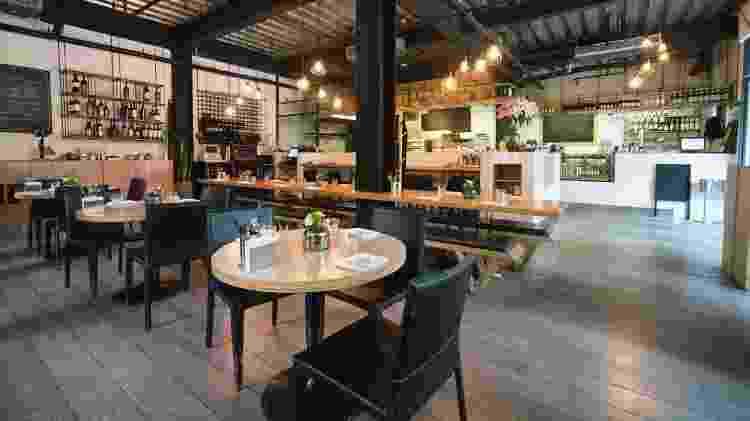 Restaurante que mantiveram as portas abertas optaram, entre outras medidas, por maior distância entre as mesas - Getty Images