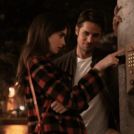 Emily bebeu demais e está tentando abrir o portão de casa: olha o vizinho que aparece para ajudá-la... - Reprodução/ Netflix