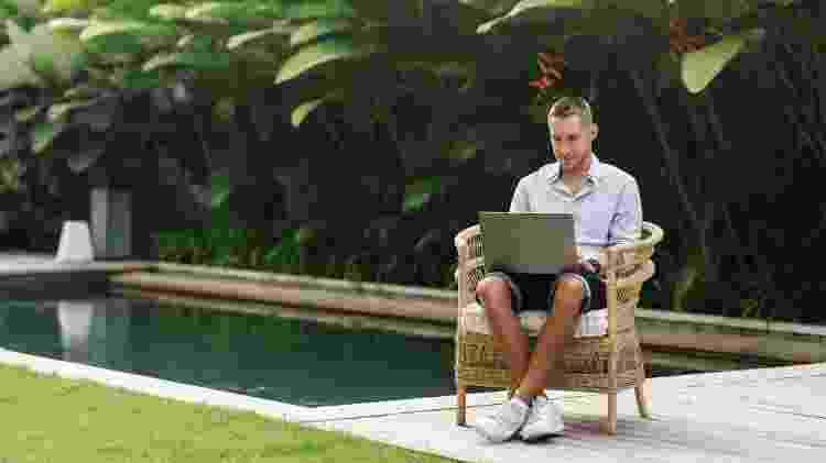 homem trabalhando piscina turismo pandemia - Getty Images - Getty Images