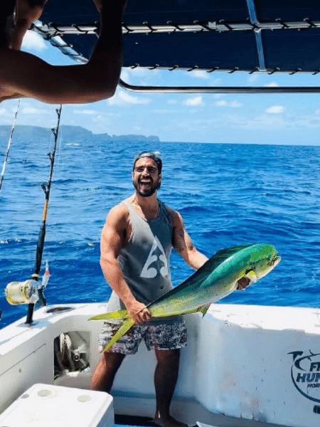 Caio Castro mostrou orgulhoso peixe que fisgou nas águas de Noronha, respondendo comentários sobre o feito - Reprodução/Instagram/@caiocastro