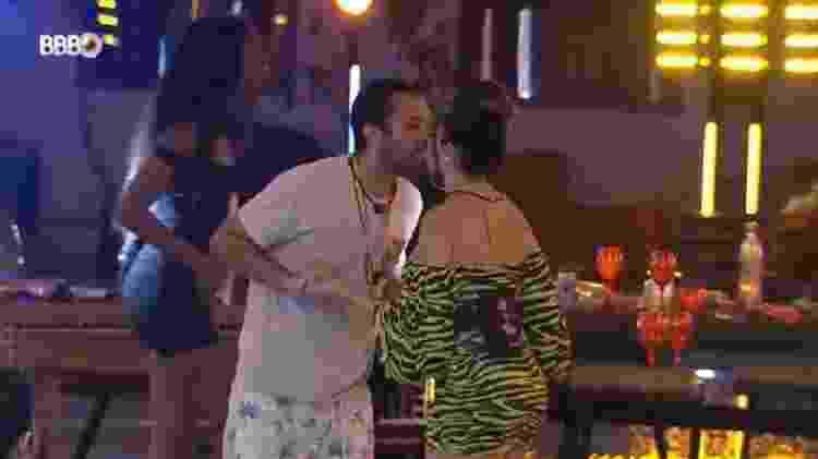 BBB 21: Juliette e Gilberto dão selinho em festa top 8 - Reprodução/Globoplay - Reprodução/Globoplay