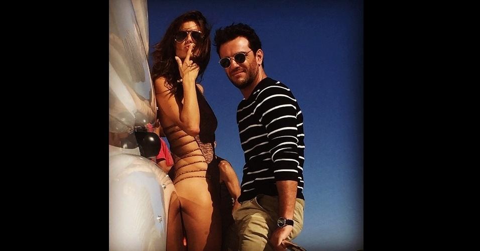 """18.jun.2015 - Rodrigo Lombardi, o empresário Alex de """"Verdades Secretas"""", publicou uma imagem sexy ao lado de sua parceira de cena, Alessandra Ambrósio -- a modelo Sâmia --, nesta quinta-feira em seu Instagram"""