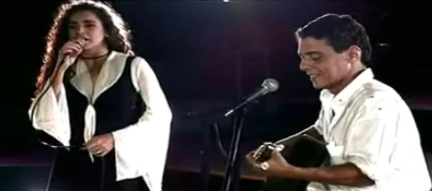 Em 1993, recém coroada como a Rainha do Axé, Daniela Mercury gravou um especial com participação de Tom Jobim e Chico Buarque. Na ocasião, a cantora gravou