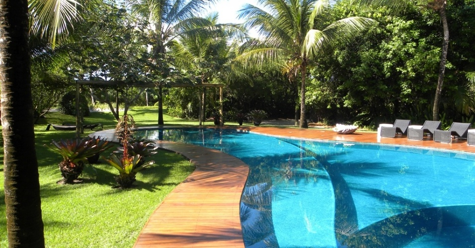 Neste jardim com 11 mil m² em Trancoso, na Bahia, o paisagista Marcelo Faisal fez uso de plantas comuns na restinga como cajueiros (Anacardium occidentale) e licuris (Syagrus coronata), além de algumas outras espécies como coqueiros (Cocos nucifera L.) e bromélias que enfeitam a área em redor da piscina