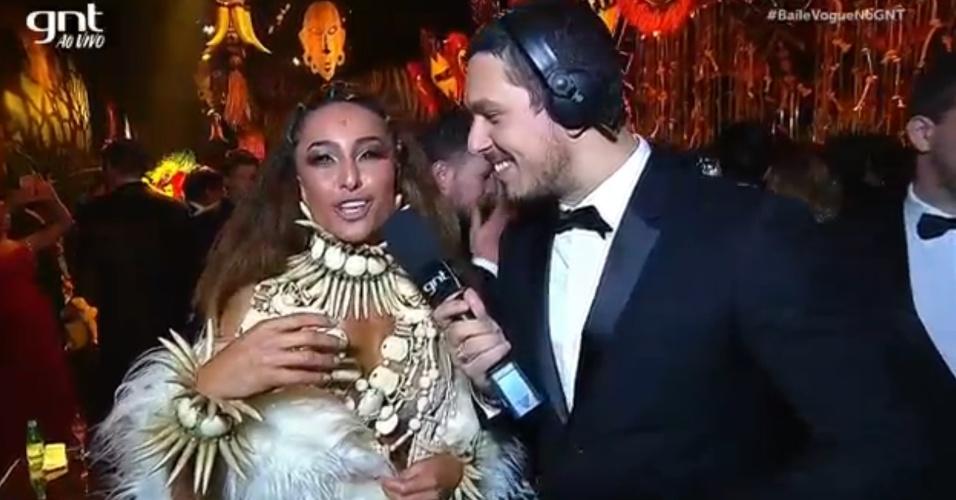 Sabrina e João Vicente de Castro se reencontram no baile de Carnaval da Vogue