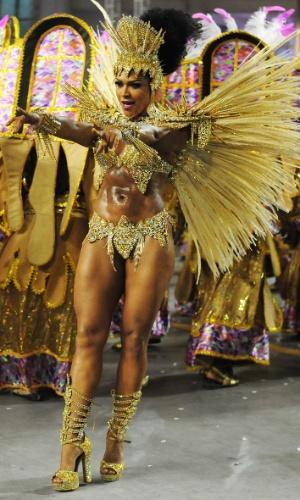 7.fev.2016 - A rainha de bateria Simone Sampaio foi para a avenida vestida de Estrela Guia