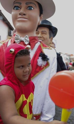 9.fev.2016 - Bonecos gigantes, que pesam em média 18kg, desfilam pelas ladeiras de Olinda