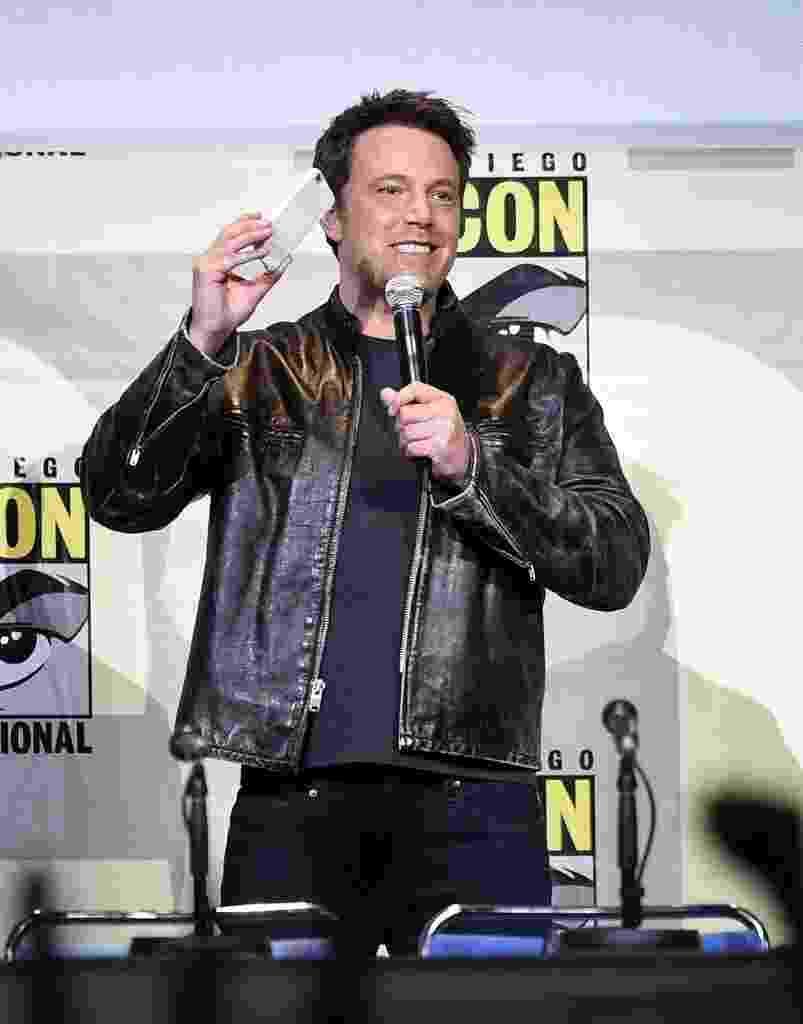 23.jul.2016 - O ator Ben Affleck segura celular para fotografar o público em sua aparição no painel da Warner, na San Diego Comic-Con - Kevin Winter/Getty Images/AFP