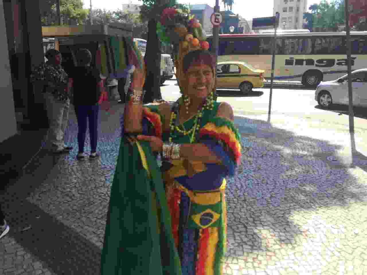"""17.ago.2016 - """"Chorei muito. Só me lembro do programa do Chacrinha. Ela me colocou lá em cima. Estou com 74 anos e isso me gravou muito. Sou a vovó do galo que anda com o galinho na coleira. Eu amo a vida como ela. Ela está viva lá em cima com o Chacrinha"""", disse a fã Maria de Lourdes Pereira da Silva - Ana Paula Bazolli"""