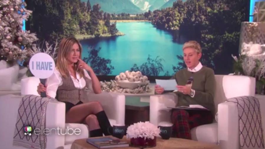 """30.nov.2016 - Jennifer Aniston e Ellen DeGeneres brincam de """"Eu Nunca"""" - Reprodução /Ellentube"""
