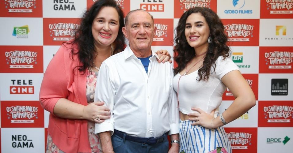 """Renato Aragão, o Didi, posa com a filha, Lívia, e a mulher, Lílian, na pré-estreia do filme """"Os Saltimbancos Trapalhões - Rumo A Hollywood"""","""