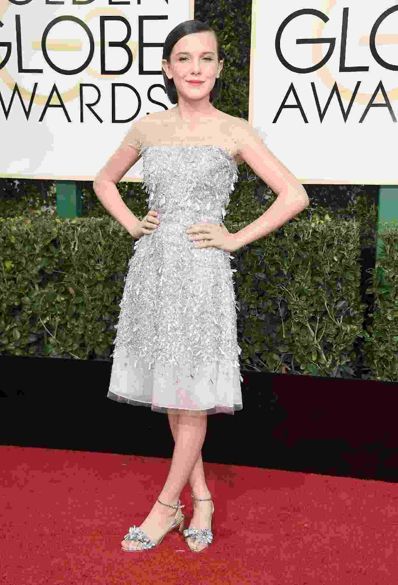 """Eleven agora está glamorosa! Millie Bobby Brown, de """"Stranger Things"""", deixou o vestidos rosinha de lado e apostou em um look bem chique para seu primeiro Globo de Ouro - Getty Images"""