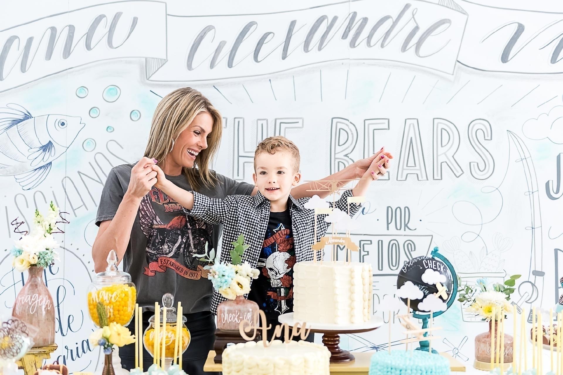 6f64457b1 Filho de Ana Hickmann comemora aniversário ao lado da mãe; veja a decoração