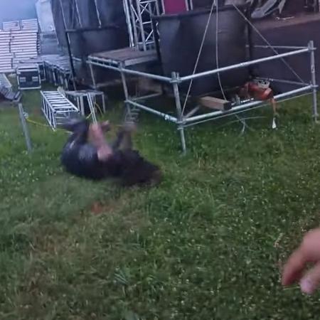 O cantor e guitarrista Abbath sofre com escorregão durante festival na Eslovênia - Reprodução/YouTube