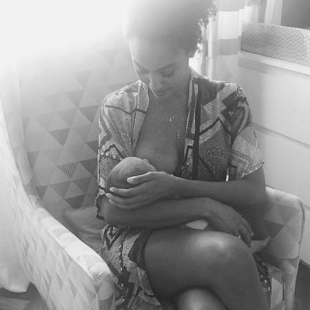 Sheron Menezzes amamenta o filho - Reprodução/Instagram
