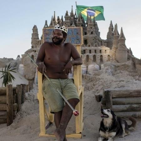 Marcio Mizael Matolias mora em um castelo de areia há 22 anos - AFP / MAURO PIMENTEL