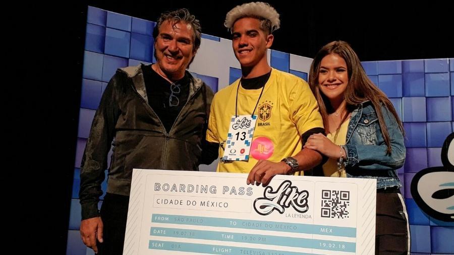 """Pedro Damián, produtor do RBD, posa com Maisa Silva e Flávio Nogueira, vencedor do concurso para a série """"Like"""" - Paulo Pacheco/UOL"""