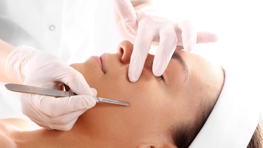 O bisturi é usado para promover a esfoliação da pele no dermaplaning - Getty Images/iStockphoto