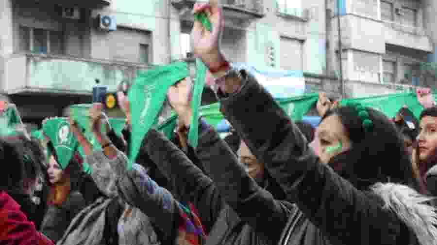 Manifestantes seguram os lenços verdes que se tornaram símbolo da luta pelo aborto na Argentina - Heloísa Barrense/UOL