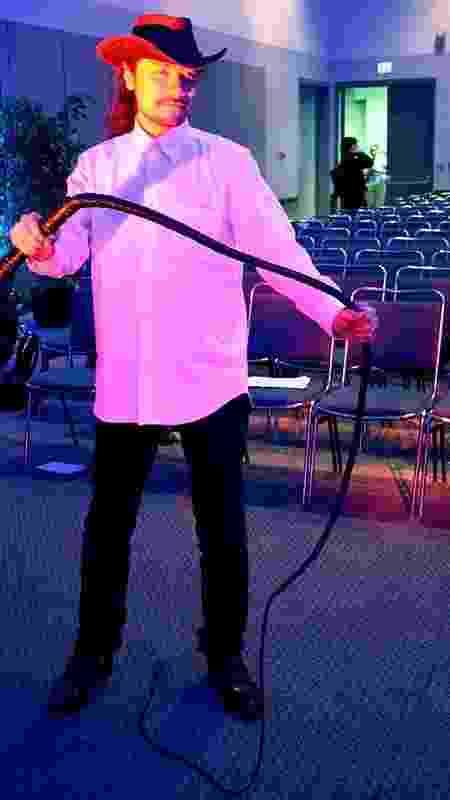 Koji Igarashi e seu inseparável chicote, na E3 2008 - Renato Bueno