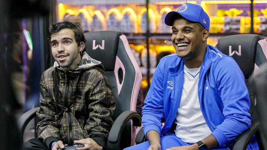 Senna do Boné (à direita, com boné) é pro-player de FIFA do Cruzeiro - Mariana Pekin/UOL