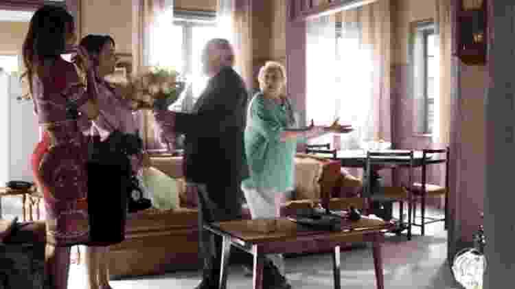 Antero (Ary Fontoura) pede Evelina (Nívea Maria) em casamento na frente de Marlene (Suely Franco) e Maria da Paz (Juliana Paes) - Reprodução/Globo - Reprodução/Globo