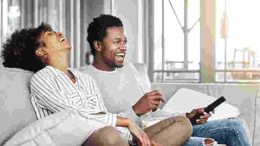Ver TV juntinho pode esquentar um dia de semana qualquer... - iStock