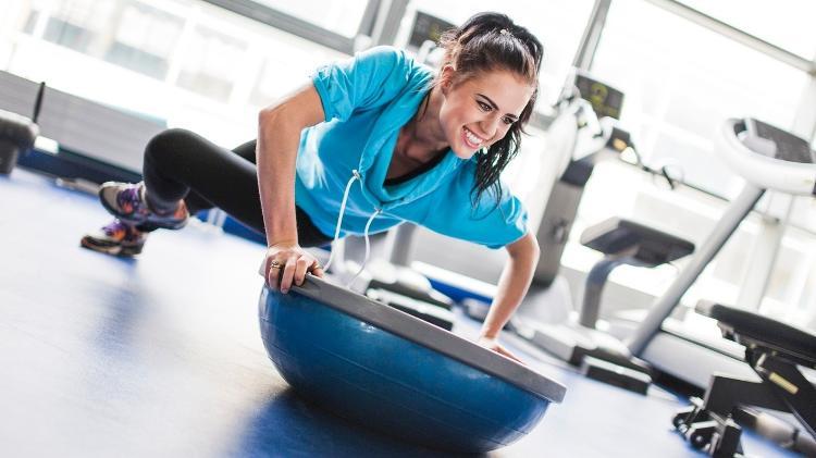 Exercício com instabilidade, bosu, meia esfera,  - iStock - iStock