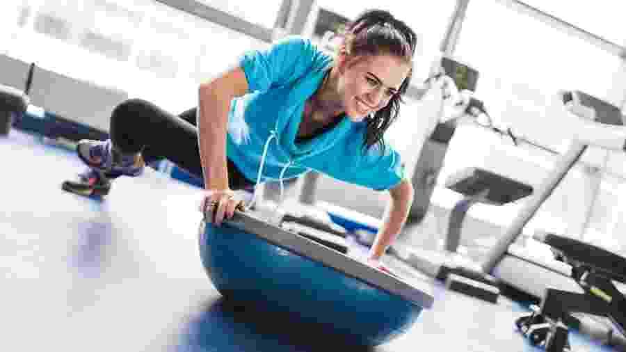 Usar acessórios que geram instabilidade nos exercícios é uma forma de recrutar os músculos de maneira diferente - iStock