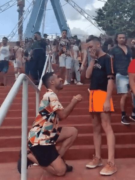 Homem pede namorado em casamento e é surpreendido - Reprodução/Twitter