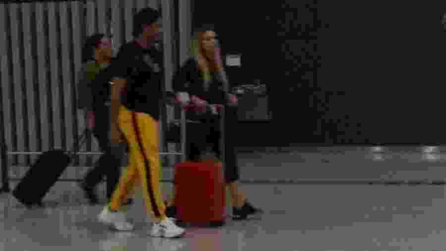 Hulk Paraíba e Camila Ângelo embarcam em Guarulhos - Coluna Leo Dias