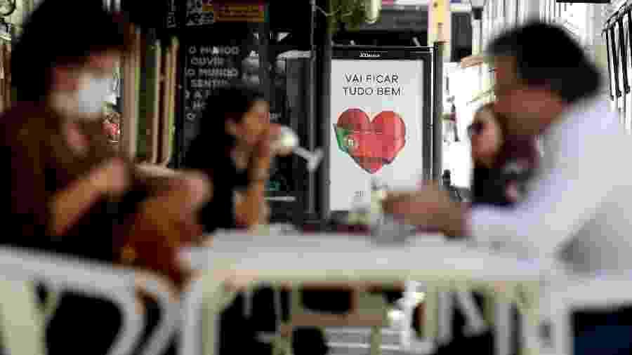 Clientes ocupam as mesas externas de restaurantes em Lisboa, após a gradual reabertura do país durante a pandemia do coronavírus - Getty Images