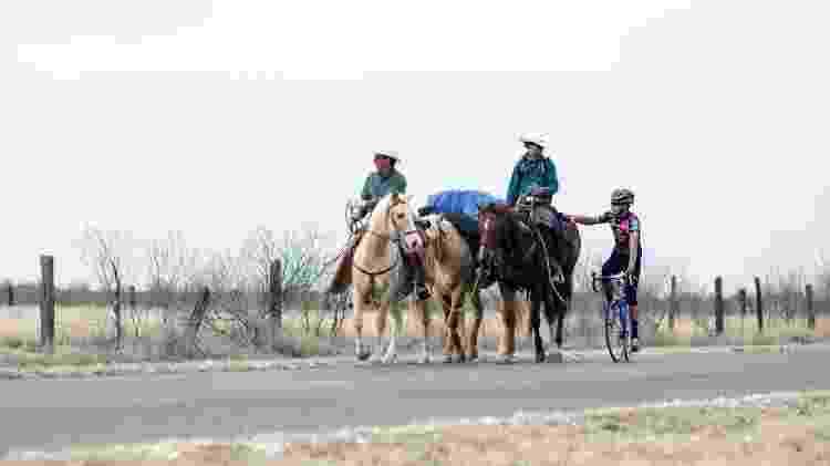 Cavalgando com o pai em de Chihuahua, no México, região onde ficaram hospedados na casa de um narcotraficante - Arquivo pessoal - Arquivo pessoal