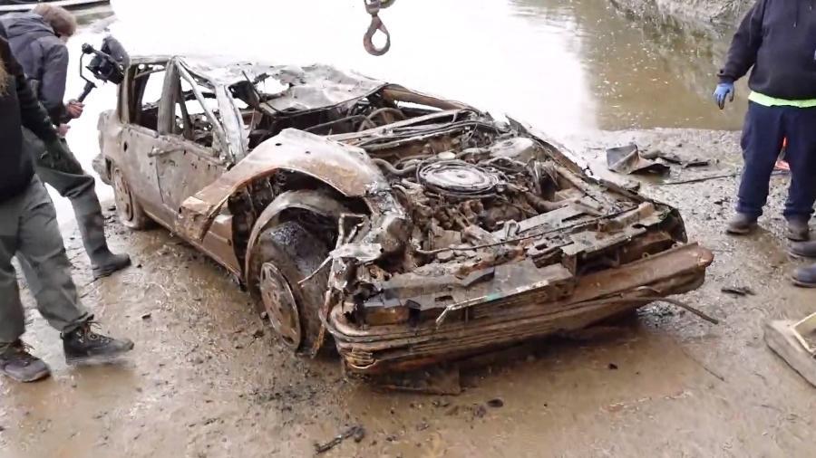 Carro é retirado de rio nos EUA - Reprodução