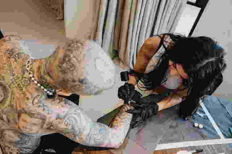 Kourtney Kardashian tatua em braço de Travis Barker - Reprodução/Instagram - Reprodução/Instagram